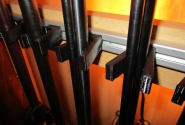 Haltekeil / Klammer für Läufe von 14-22mm für die Montage in Schränken und Vitrinen
