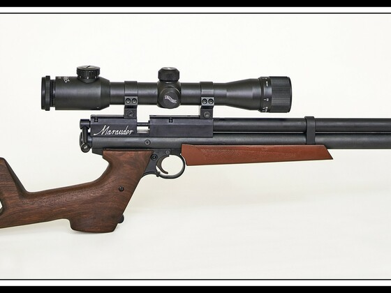 Crosman Benjamin Marauder PCP-Pistole mit Anschlagschaft, B&T-Schalldämpfer (ESC) und Walther 6X32 ZF., Cal.22