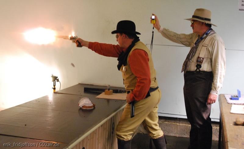 Feuerblitze von Mündung und Zündhütchen vom 1860 Army Colt beim CAS Wettkampf