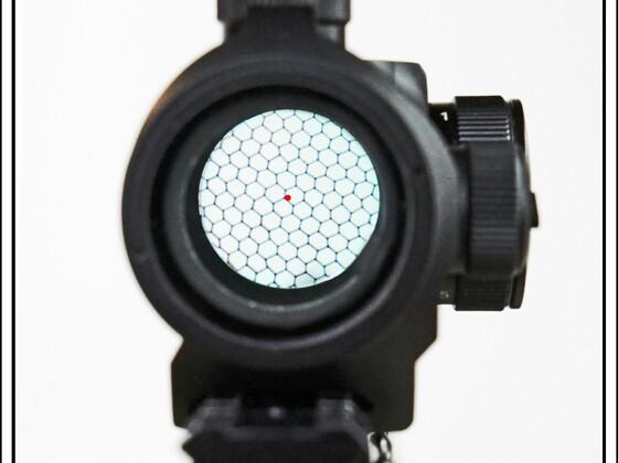 Durchblick durch das RedDot Hawke, #12104, 3 MOA, mit Wabensonnenblende und Rotpunkt.