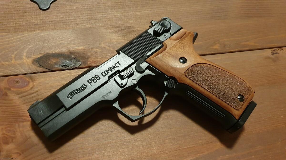 Walther P88 Compact (brüniert m. Holzgriffschalen)