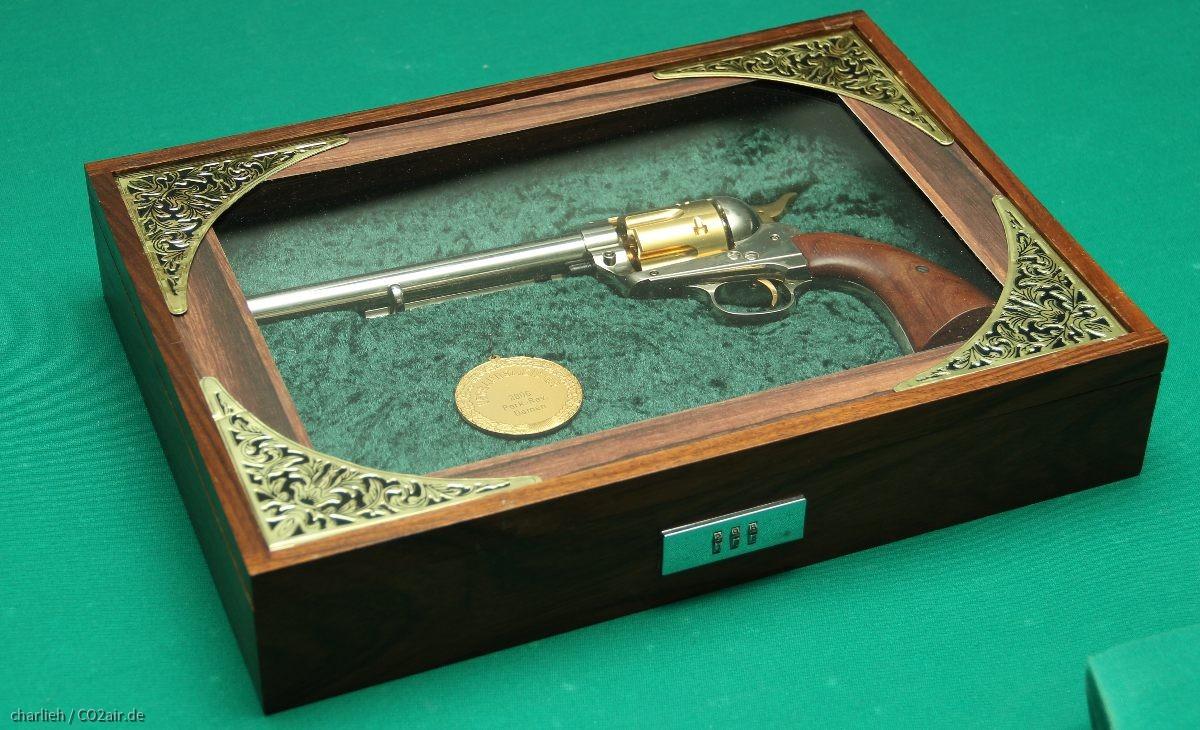 CO2 Colt SAA in selbstgebauter Schatulle mit Glasscheibe und Schloss