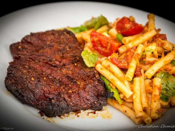 Rinderbrust mit Nudelsalat auf Pesto Rosso Basis