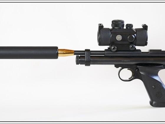 CO2-Pistole Crosman, Modell 2240 cal .22  mit Hawke RedDot (Typ #12121), Schweizer B&T Schalldämpfer (Vertrieb: ESC), Schalldämpfer Adapter von GMAC Custom Parts, UK.