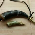 Pulverhorn und Zündkrauthörnchen für das Schießen mit Steinschloßwaffen